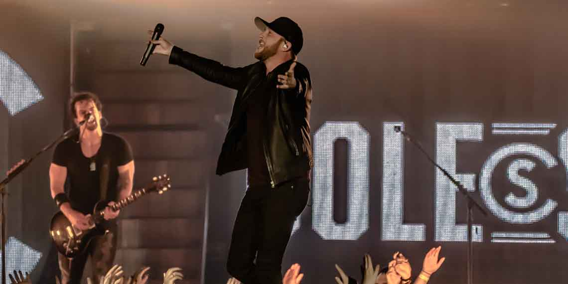 Cole Swindell   Gives The Armory A Reason To Drink