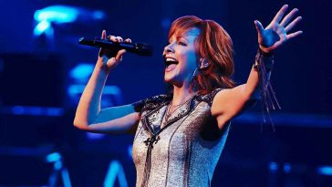 Reba Mcentire singing on stage 2019