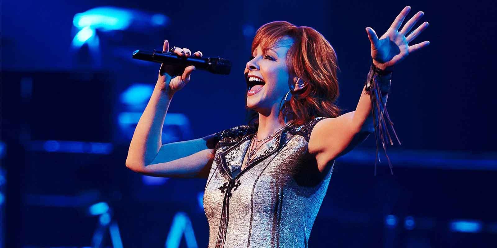 Reba Mcentire singing on stage 2019