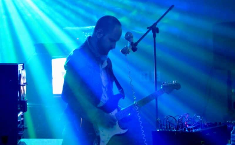 Mottle plays guitar